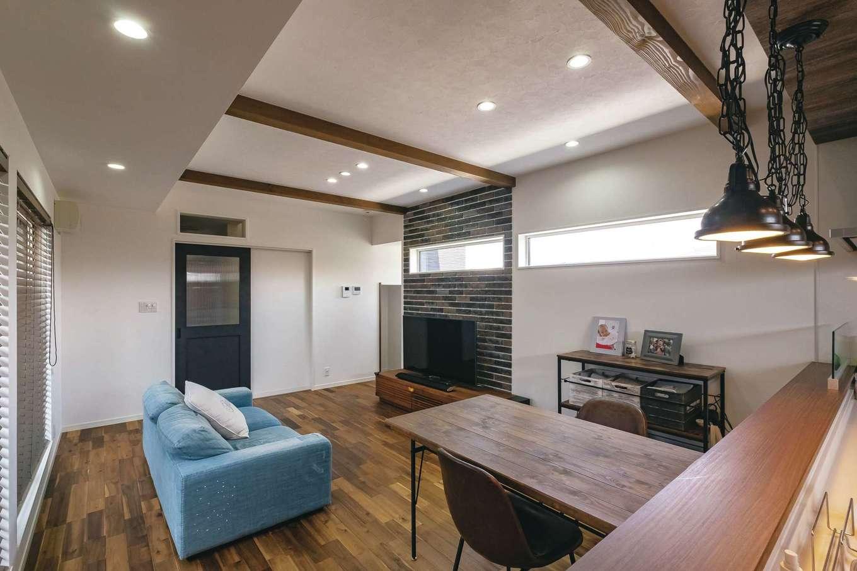イデキョウホーム【趣味、屋上バルコニー、インテリア】リビングへの引き戸は、マットな質感のものをこだわって選んだ。外壁用のタイルをあえてインテリアに使用し、ブルックリンスタイルを盛り上げる