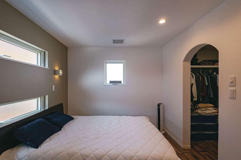 主寝室はホテルライクに。ウォークインクローゼットには家族の服もたっぷり収納できる