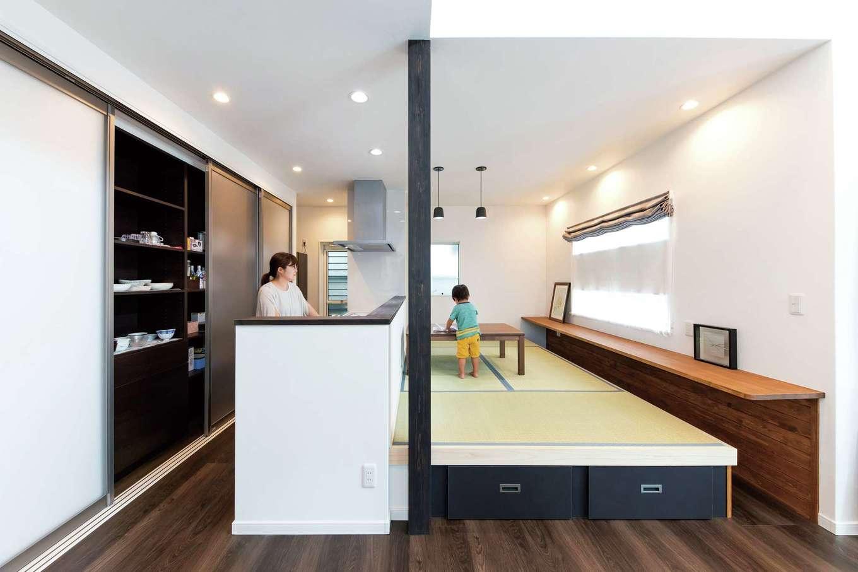 三和建設【子育て、収納力、間取り】小上がりダイニングにはキッチンの奥側からも出入り可能。子どもが大きくなったら、カウンターは勉強スペースにもなる。キッチン背後にはオリジナルの大収納