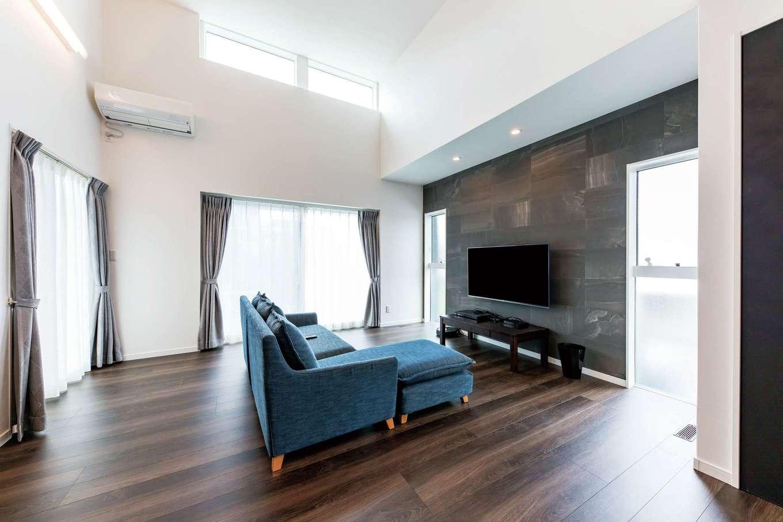 三和建設【子育て、収納力、間取り】断熱性能に優れた大空間はエアコン1台で快適な温度に。TV背面の壁は調湿・脱臭効果のあるエコカラット。インテリアとしても素敵