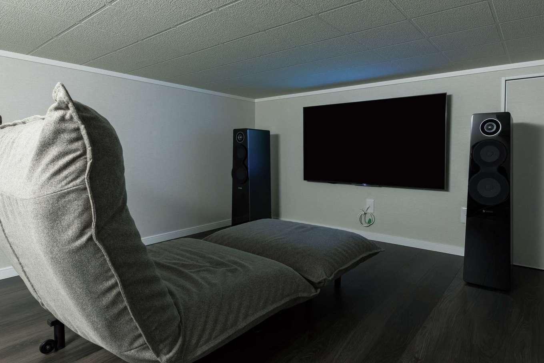 三和建設【子育て、収納力、間取り】映画やゲームを楽しむシアタールームは防音仕様。中2階の低天井が落ち着く