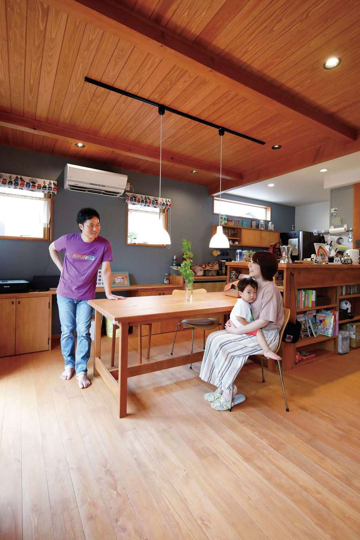 瀧建設 一級建築士事務所【デザイン住宅、自然素材、狭小住宅】お2人が選んだグレーの壁紙が木の質感を引き立たせる。ダイニングテーブルは『瀧建設』の大工職人が作った1点もの