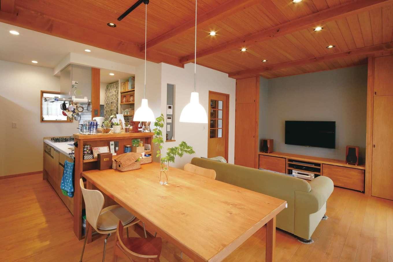瀧建設 一級建築士事務所【デザイン住宅、自然素材、狭小住宅】杉の天井と檜の床板、作り付けの木製ロッカーとテレビ台。すべてに統一感を持たせ、シンプルにまとまっている