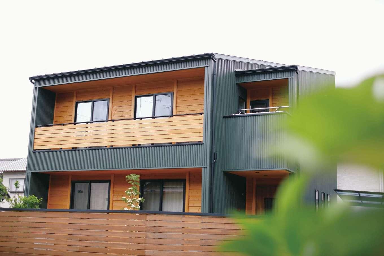 瀧建設 一級建築士事務所【デザイン住宅、自然素材、狭小住宅】檜の目隠塀と、無機質なガルバリウム鋼板のシンプルな立方体に包み込まれる外観