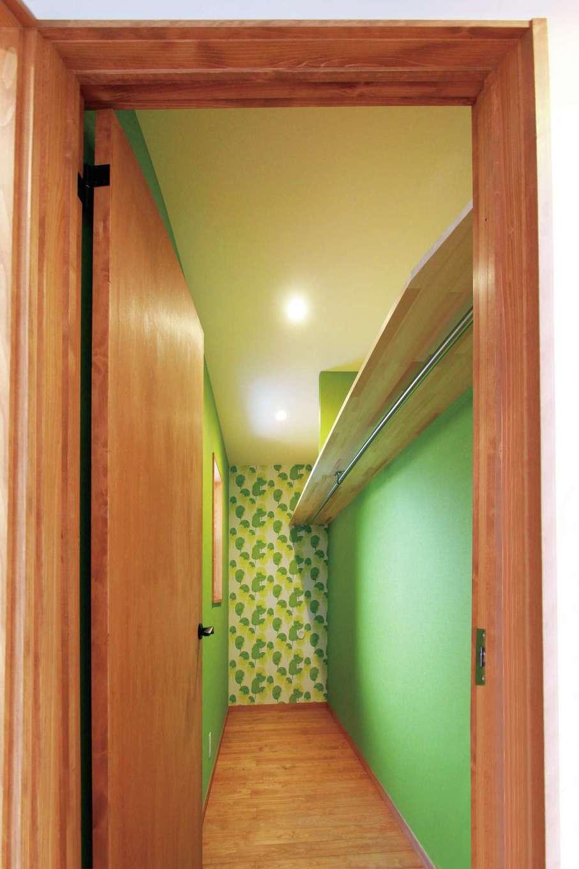 瀧建設 一級建築士事務所【デザイン住宅、自然素材、狭小住宅】洗面室に隣り合う家族共有のクローゼット。柄物の壁紙で遊び心を加えた