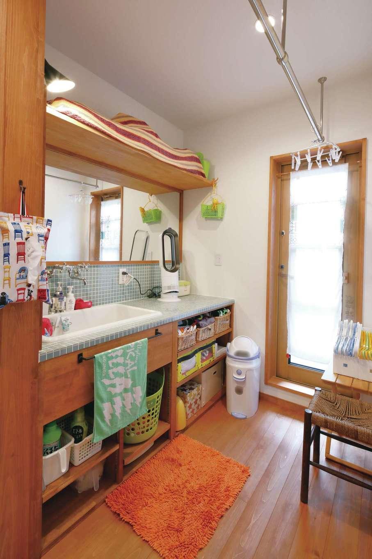 瀧建設 一級建築士事務所【デザイン住宅、自然素材、狭小住宅】職人が手造りしたモザイクタイルの洗面化粧カウンター。2階にあり、ドアを開けると屋外の物干し場。洗濯動線が短くてすむ