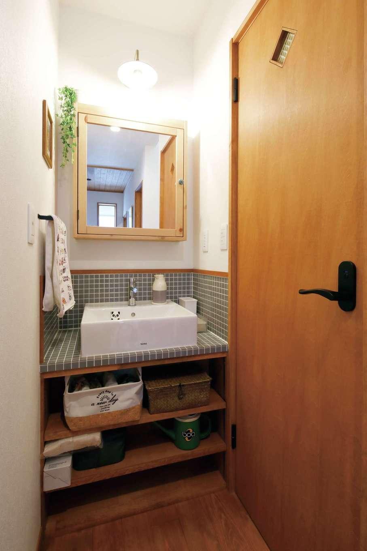 瀧建設 一級建築士事務所【デザイン住宅、自然素材、狭小住宅】玄関横にタイル洗面台を造作。建具もH邸に合わせて製作した