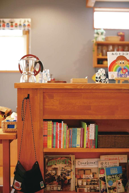 瀧建設 一級建築士事務所【デザイン住宅、自然素材、狭小住宅】カウンターに雑誌や絵本の収納棚を設置。子どもが手に取りやすい高さもポイント