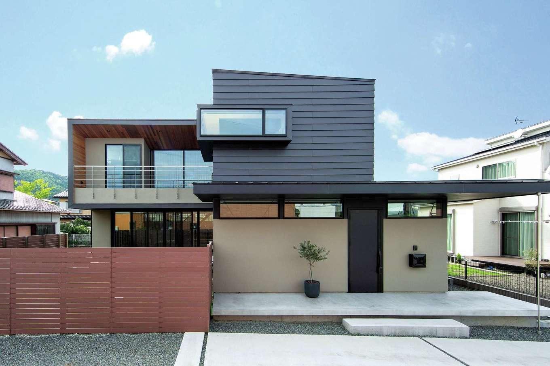 TENアーキテクツ 一級建築士事務所【高級住宅、間取り、建築家】ガルバリウム鋼板、塗り壁、レッドシダーなどの異素材がバランス良く調和し、閑静な住宅街でひときわ目をひく独創的な外観