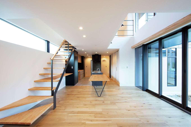 TENアーキテクツ 一級建築士事務所【高級住宅、間取り、建築家】吹抜けと中庭から燦々と光が降り注ぐLDK