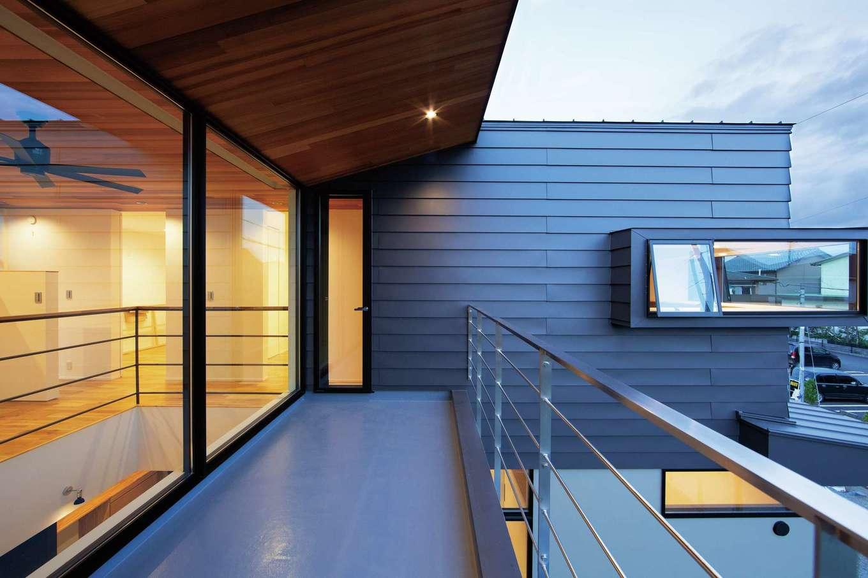 TENアーキテクツ 一級建築士事務所【高級住宅、間取り、建築家】室内の天井からつながるレッドシダーの軒。右端の出窓は主寝室