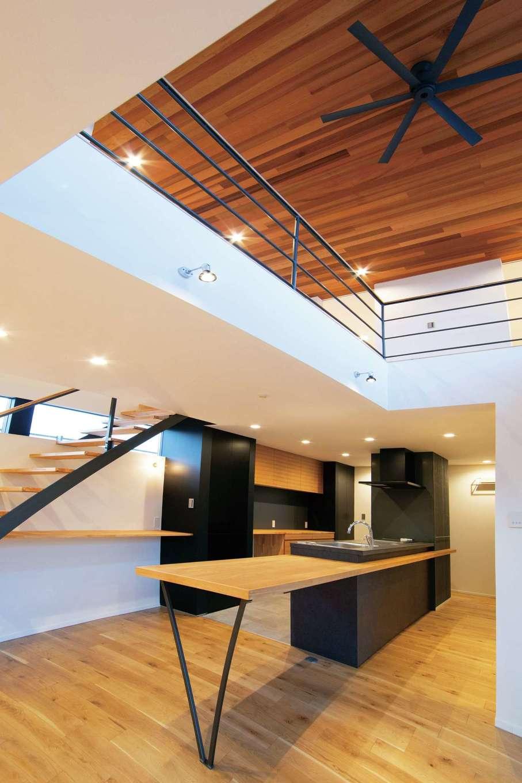 TENアーキテクツ 一級建築士事務所【高級住宅、間取り、建築家】吹抜けの開放感あふれるリビング。木、白、マットブラックの質感がバランスよく共鳴し、シンプルな中にもラグジュアリーな雰囲気を醸し出している