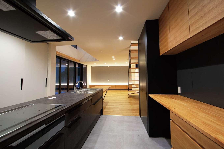 TENアーキテクツ 一級建築士事務所【高級住宅、間取り、建築家】ダイニングテーブル一体型のキッチン。一段下げたことで目線が合い、コミュニケーションを取りやすい
