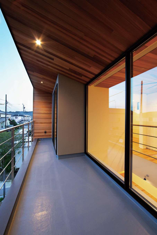 TENアーキテクツ 一級建築士事務所【高級住宅、間取り、建築家】窓が大きくても、深い軒が日射量を調節するので夏も冬も快適