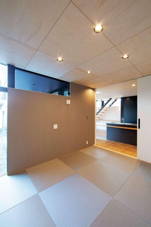 TENアーキテクツ 一級建築士事務所【高級住宅、間取り、建築家】将来的に二世帯住宅になることも見据えて設けた2WAYの畳コーナー。グレーのクロスと市松模様の畳でメリハリをつけた