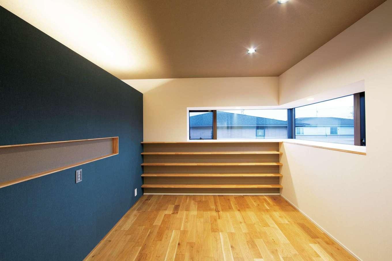 TENアーキテクツ 一級建築士事務所【高級住宅、間取り、建築家】寝室はブルーのクロスを大胆に採用。マンガ本用の書棚を造作