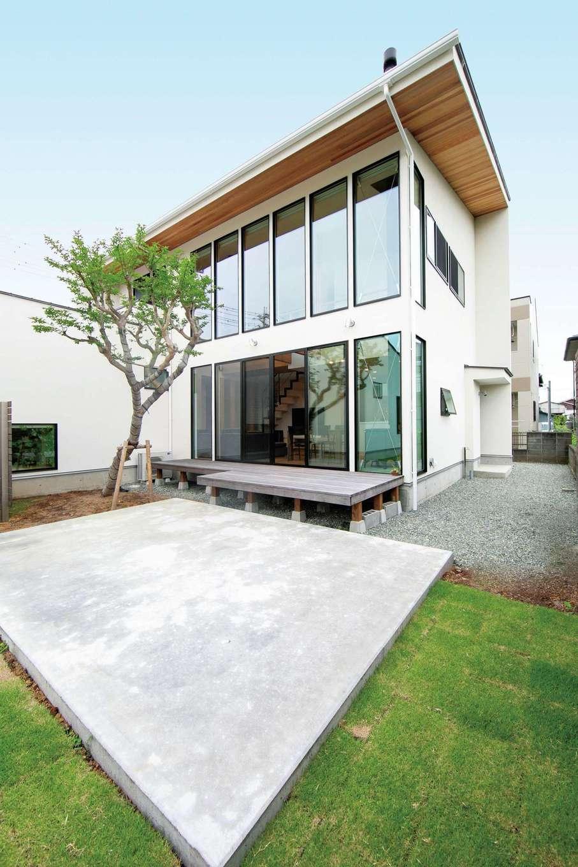 TENアーキテクツ 一級建築士事務所【二世帯住宅、高級住宅、建築家】週末は中庭でもっぱらBBQを楽しむ。シンボルツリーの百日紅が家族と家の成長をやさしく見守ってくれる