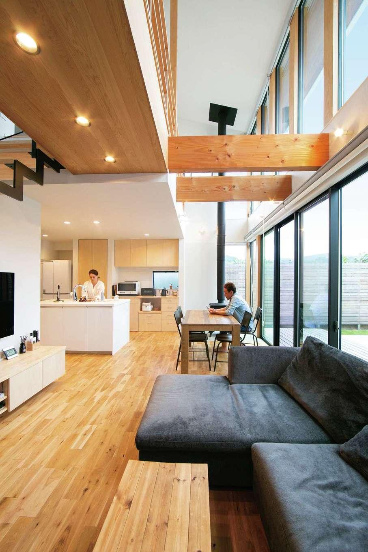 TENアーキテクツ 一級建築士事務所【二世帯住宅、高級住宅、建築家】高い吹抜けを設けたことで、北側にある子世帯リビングも十分な明るさを確保。無垢の床の経年変化も楽しみ