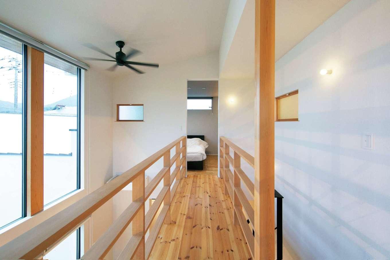 TENアーキテクツ 一級建築士事務所【二世帯住宅、高級住宅、建築家】寝室へ一直線につながる2階の渡り廊下