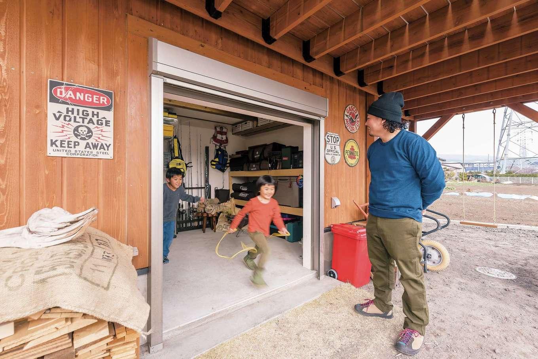 WEEVA富士(BinO富士) シンクハウズ【子育て、スキップフロア、インテリア】キャンプや釣りのグッズを多く抱えるO 邸では、収納量たっぷり&室内からも出入り可能な大容量ストッカーが大活躍。デッキの下も、外で使う道具や遊具の置き場所にピッタリ!