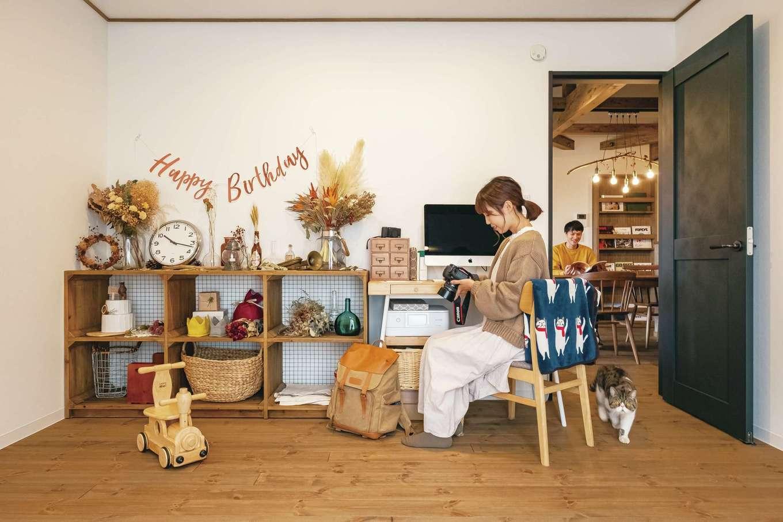 赤ちゃんや七五三などを中心にカメラマンとして活動する奥さまの仕事部屋。スタジオとしても使用されるこの部屋には、明るく自然な写真が撮れるような工夫が施されている