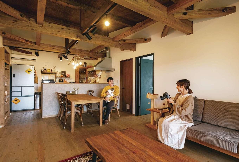 床のパインは天井や梁も含め、色合いをじっくり吟味した。雰囲気にマッチするテーブルやキッチンボードなどの家具は、同社のキャンペーンを利用して入手することができた