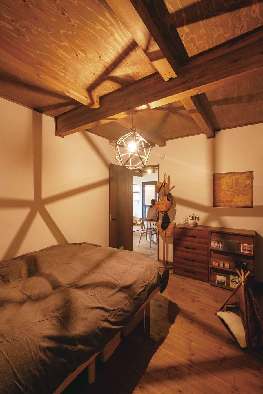 落ち着いた雰囲気の寝室にはたっぷりの収納も用意されている。照明など気に入ったアイテムの支給も「快く応じてくれてうれしかった」と奥さま