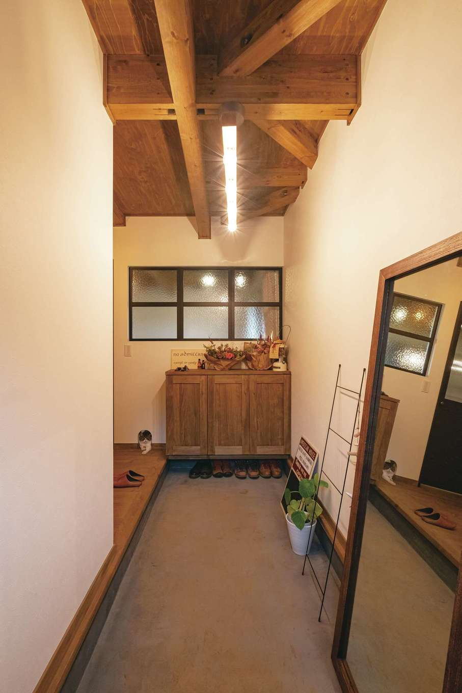 土間仕立ての玄関は、宿泊できる展示場「SHARESラグーナ蒲郡」の一棟を参考に。光と気配を運ぶデコマドがアクセント