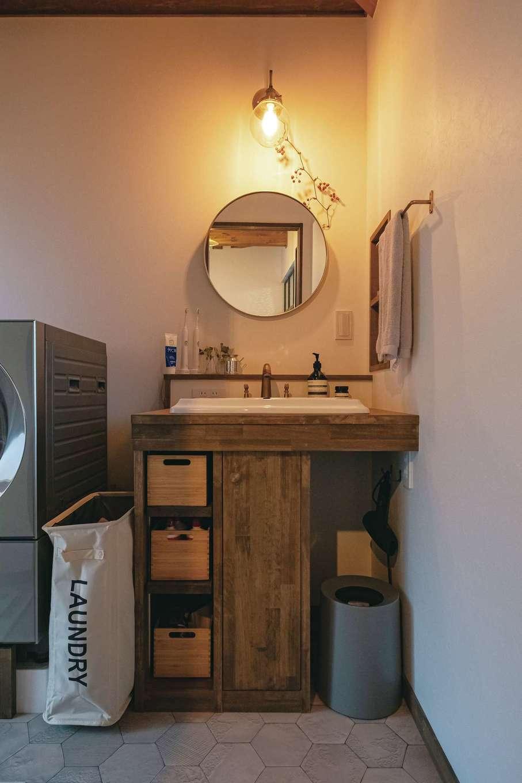 洗面台は大工さんによる造作。A邸では水の供給源に浄水システムを採用。クリーンな水が家中の蛇口から注がれる