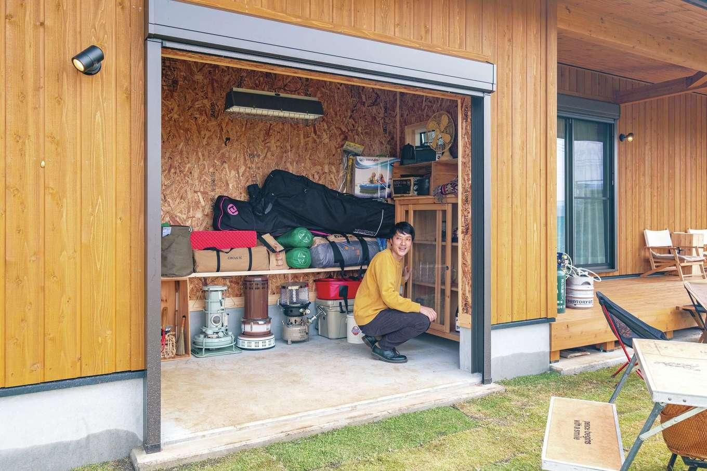 キャンプ好き、フェス好きのおふたり。ご主人がどうしても叶えたかったガレージが実現した。玄関からの出入りも可能