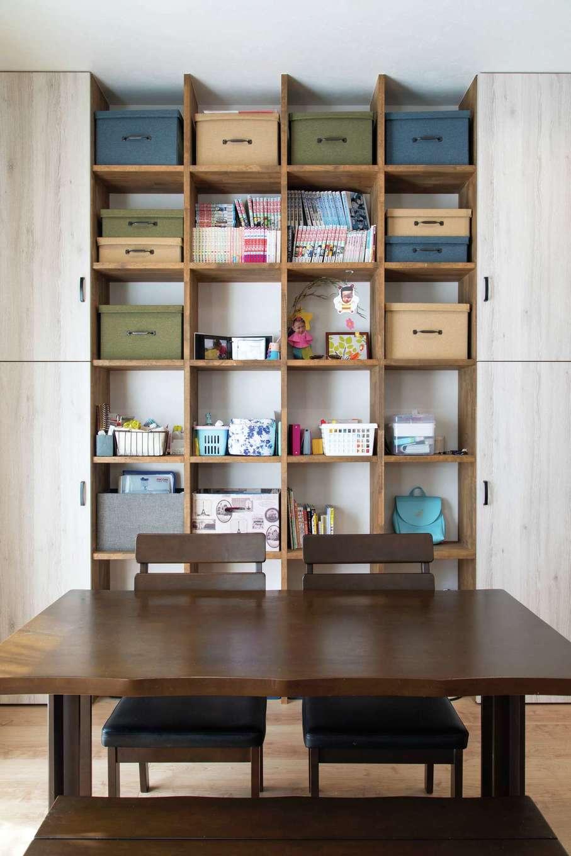 甲静ハウジング【子育て、趣味、間取り】収納家具と造作を上手く組み合わせて、ギャラリー風のオープンシェルフに。板の高さや幅も、ご主人が細かく設計した