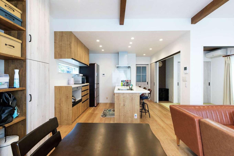 甲静ハウジング【子育て、趣味、間取り】十分なスペースをとったキッチン。ダイニングとリビングは、現しの梁にしたことによって天井が高くなった