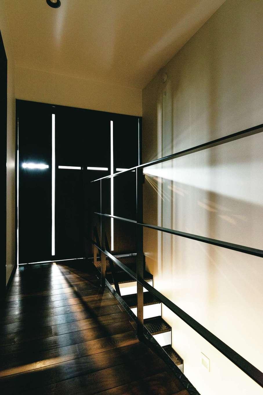 西川建設~Life is Dream~【趣味、間取り、ガレージ】リビングからの光が建具を通り抜け、某有名建築家の「光の教会」を彷彿とさせる2階ホール。木、アイアン、漆喰といった異素材が絶妙のバランスで融合しているからこそ、心地いい空間に仕上がった