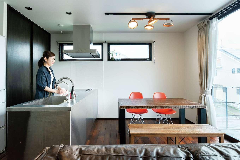 西川建設~Life is Dream~【趣味、間取り、ガレージ】プライバシーと開放感を両立した2階LDK 。オールステンレスのキッチンがインテリアの主役に