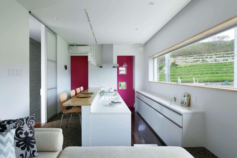 久保田建設【高級住宅、建築家、鉄骨鉄筋コンクリート構造】プライバシーと眺望という相反する要素を両立した2階のLDK。キッチンの床を30cm低くして、ダイニングから景色を楽しめるように工夫した