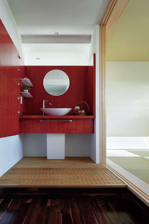 久保田建設【高級住宅、建築家、鉄骨鉄筋コンクリート構造】中2階にある和モダンスタイルの和室は茶室をイメージ。漆塗りの洗面台、名栗加工を施したかまちが絶妙に調和し、雅な美しさを表現