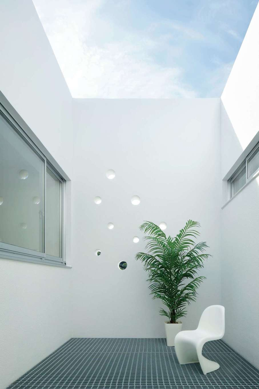 久保田建設【高級住宅、建築家、鉄骨鉄筋コンクリート構造】浴室から連続するライトコート。8つのヴォイドが幾何学的なバランスをモチーフに配置されている。床にグレーチングを採用したことで光、風、雨水を通す