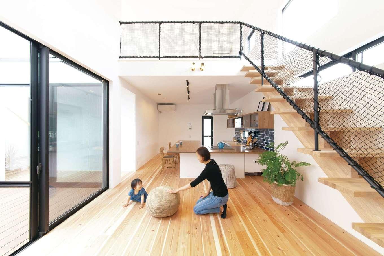 ソラマド静岡(オネストホーム)【子育て、デザイン住宅、間取り】吹き抜けで開放感も抜群のリビング。柔らかな杉無垢材の床や、ソラコッタ(漆喰)の壁など、自然素材を使っているため、室内のきれいな空気も魅力的