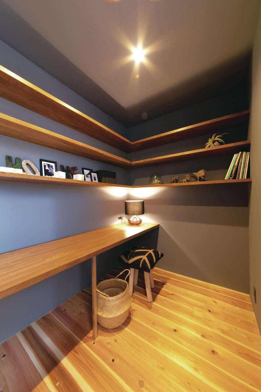 ソラマド静岡(オネストホーム)【子育て、デザイン住宅、間取り】階段を下りた先にあるのはご主人の書斎。ダークカラーのクロスで個性的に