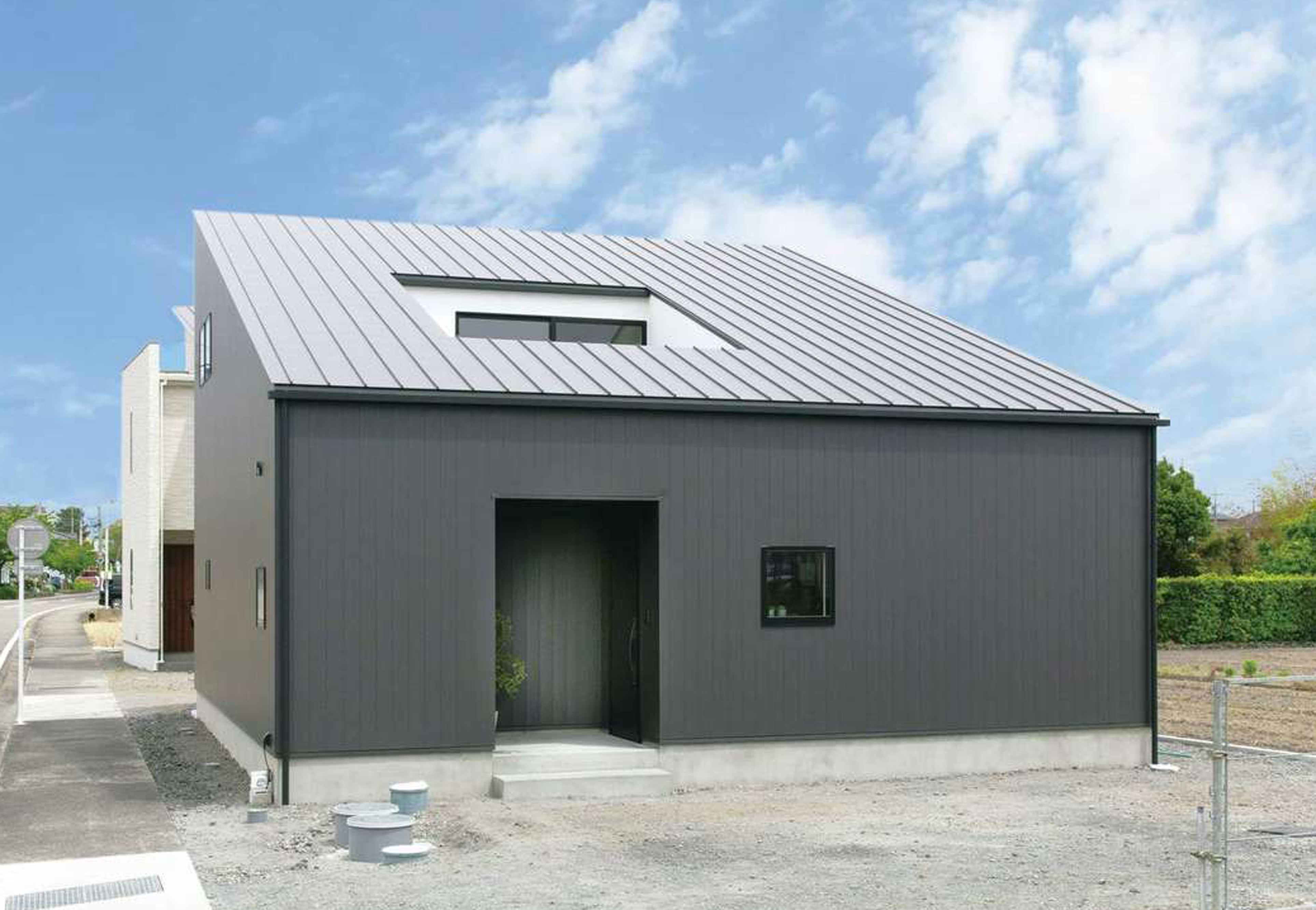 ソラマド静岡(オネストホーム)【子育て、デザイン住宅、間取り】黒いガルバリウム鋼板と大きな片流れ屋根のフォルムが目を引く外観