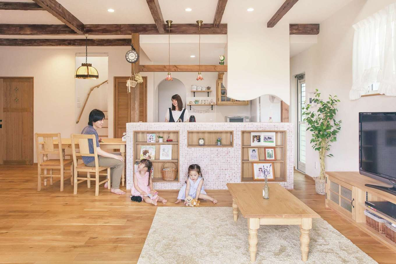 富士ホームズデザイン【デザイン住宅、子育て、インテリア】ナチュラルテイストのLDK。肌触りのいい床は無垢のオーク材、壁は調湿にすぐれた珪藻土を使用。キッチンのレンジフードを造作のキュートなカバーとRの壁で隠したのは施工業者からのアイデア