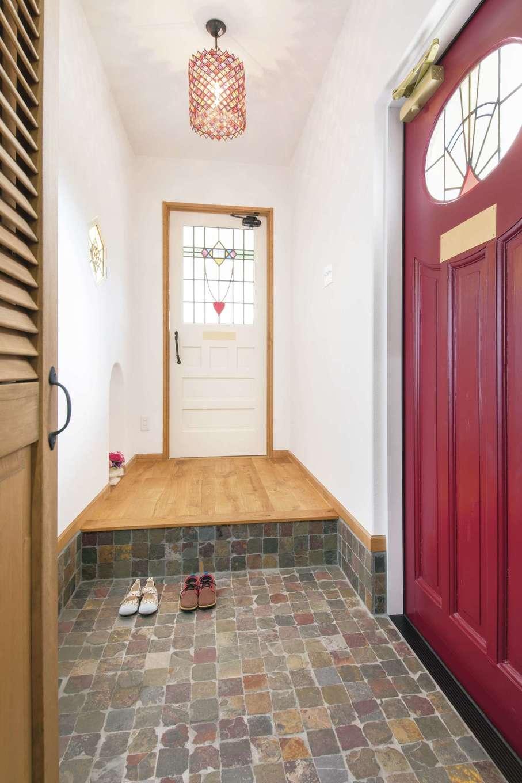 富士ホームズデザイン【デザイン住宅、子育て、インテリア】赤いアンティークの玄関ドアがアクセントに。ステンドグラスの光が壁に映り、空間にニュアンスを与える。プッシュして扉を開けるニッチは、キーボックスになっていて、ライトアップもできる。そんな細かいところにまで妥協しないのが同社の家づくり
