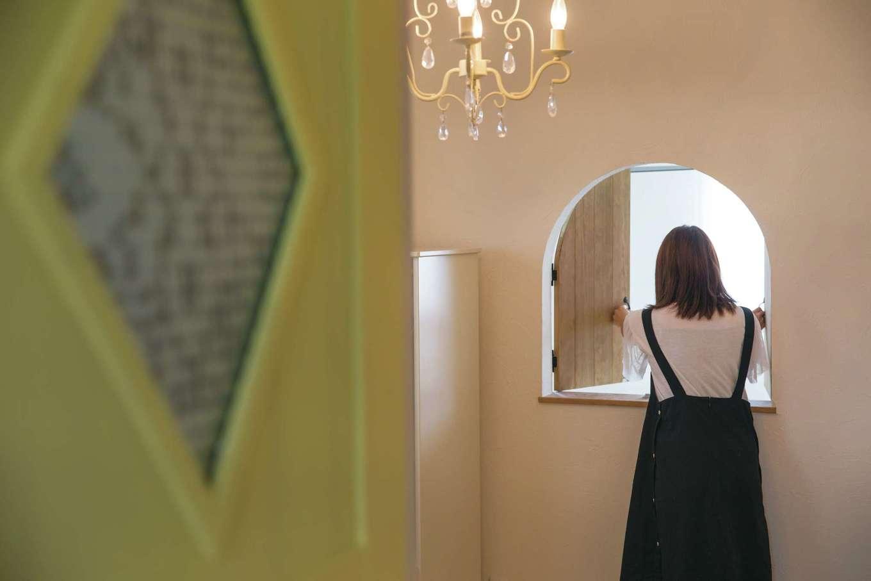 富士ホームズデザイン【デザイン住宅、子育て、インテリア】子ども部屋の「こんにちはドア」を開けると吹抜けとつながる