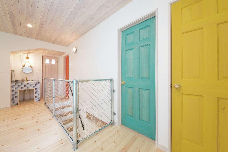 富士ホームズデザイン【デザイン住宅、子育て、インテリア】2階の手すりに外装で使うアメリカンフェンスを採用。空間がより広く感じられる