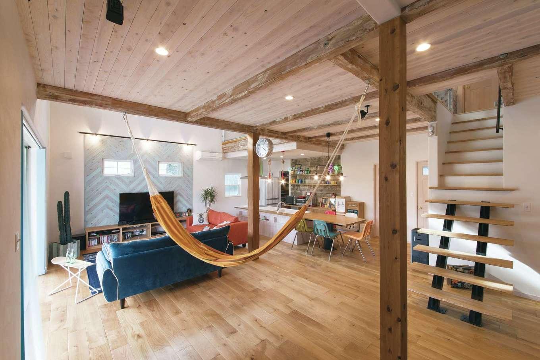 富士ホームズデザイン【デザイン住宅、子育て、インテリア】テレビ台の壁はヘリンボーンの板張り。無垢の床と珪藻土の室内にはゆるやかな時間が