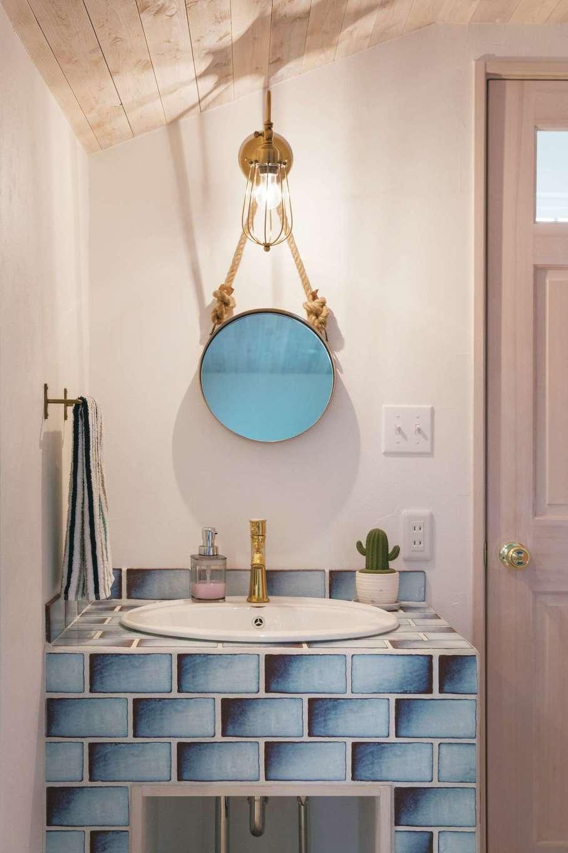 富士ホームズデザイン【デザイン住宅、子育て、インテリア】家族みんなが好きなブルーのタイルで造作した洗面台