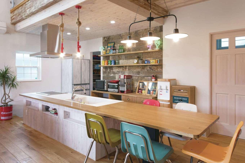富士ホームズデザイン【デザイン住宅、子育て、インテリア】カウンター一体型のダイニングキッチン。アンティークな照明や雑貨は『ラ シュエットフジ』で。冷蔵庫もカッティングシートでエイジング