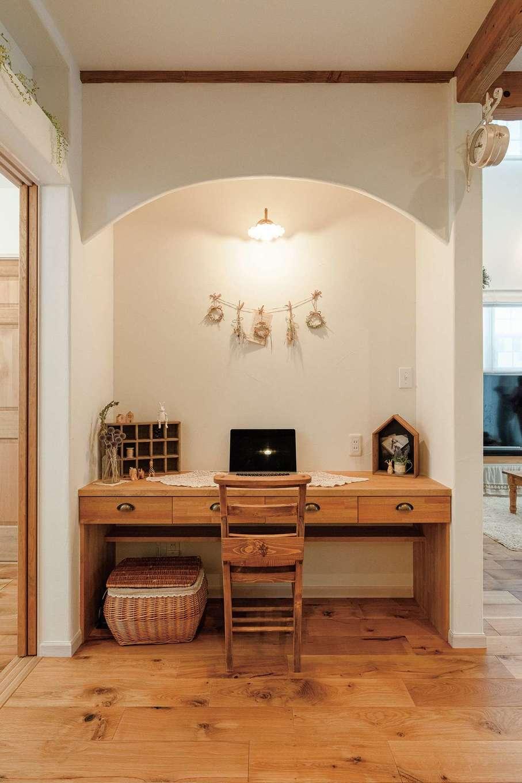 奥さまの事務仕事用に造作された引き出し付きデスクは、室内の雰囲気との一体感が見事。将来は宿題スペースに