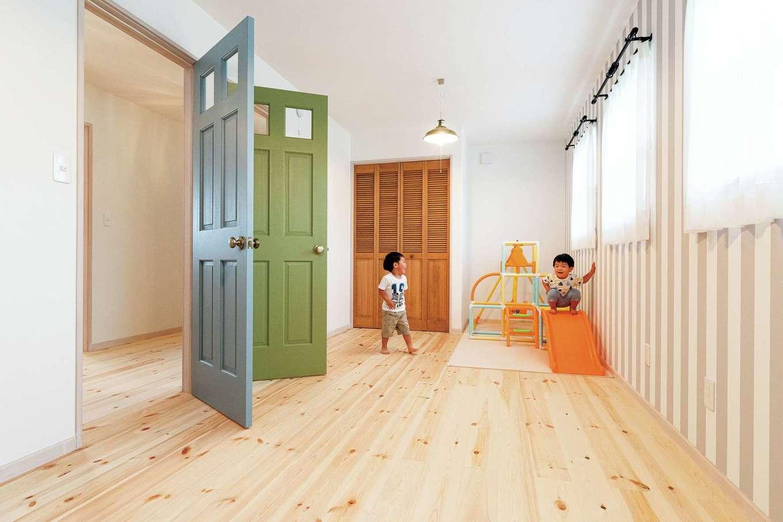 子ども部屋は分割できるつくりに。2階の床は踏み心地やさしいパインを選択。ドアは塗りながら好みの色に調整してもらった
