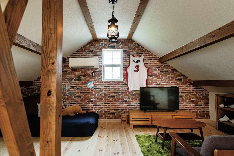 富士ホームズデザイン【デザイン住宅、輸入住宅、インテリア】ご主人の趣味スペース。ここでNBAを観戦するのが至福の時間。シューズを飾る棚もつくってもらった